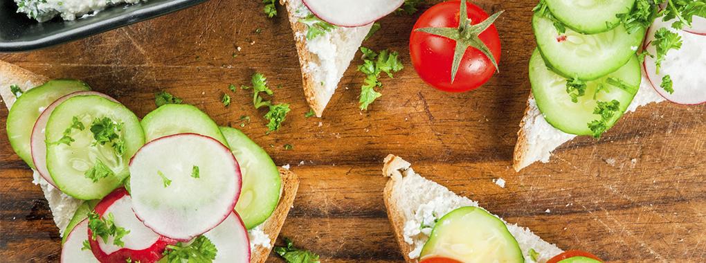 Vegetarisches Sandwich mit Hüttenkäse
