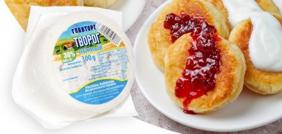 Syrniki – russische Quarkpfannkuchen mit Erdbeeren